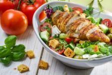 Salata asortata cu carne de curcan